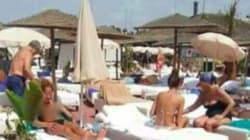 Deux Marocaines enlèvent le haut de leur maillot de bain dans une piscine