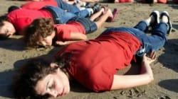 A Rabat, allongés sur la plage pour rendre hommage au petit
