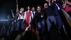 H Κωνσταντοπούλου τραγουδάει το «Αρνιέμαι» του Μίκη Θεοδωράκη μετά τη συγκέντρωση της ΛΑΕ στην