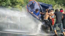 헝가리 경찰은 난민들에게 최루탄과 물대포를