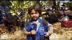 Un enfant syrien joue au journaliste et interroge des réfugiés près de la frontière grecque
