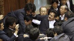 日 민주당 의원, 집단자위권 법안 저지하다 자민당 의원한테