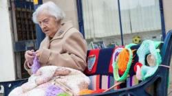 Μια γιαγιά 104 χρονών «βομβαρδίζει» την πόλη της με πολύχρωμα