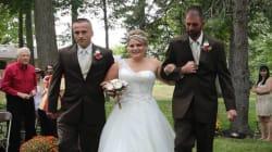 Συγκινητική στιγμή: Ο μπαμπάς της νύφης καλεί τον πατριό για να την παραδώσουν