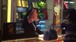 Θα αντέχατε τέτοια συμπεριφορά; Έξαλλη πελάτισσα κοσμηματοπωλείου πετάει λεφτά στο πρόσωπο