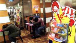 Ένας παγερά αδιάφορος κόσμος...Επί 24ώρες ουδείς κατάλαβε πως η γυναίκα που καθόταν δίπλα τους στα Mac Donald's ήταν