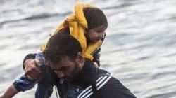 Έλληνας φωτορεπόρτερ αντί να φωτογραφίσει τους πρόσφυγες που φτάνουν στη Λέσβο, κουβαλά ένα παιδί στους