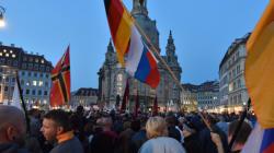Pegida hängt Merkel und Gabriel in Dresden an Galgen