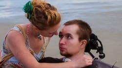 Τετραπληγικός εκπληρώνει την επιθυμία της συζύγου του και χορεύει μαζί της έξι χρόνια μετά το ατύχημά