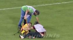 VIDÉO - Les pires brancardiers du football sont