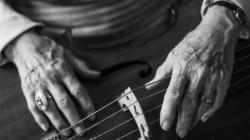 늙어가는 손의 아름다움을 보여주는 사진