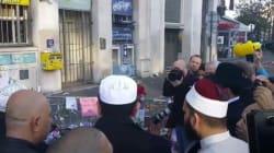 Une délégation d'imams chante