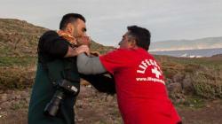 Καταγγελία για ξυλοδαρμό του φωτορεπόρτερ Άρη Μεσσίνη από ναυαγοσώστες στη