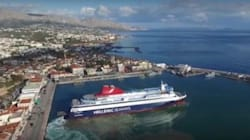 Drone καταγράφει τις εντυπωσιακές μανούβρες του πλοίου «Νήσος Μύκονος» στο λιμάνι της