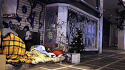 Το χριστουγεννιάτικο δέντρο ενός άστεγου σε μια γωνιά του κέντρου της
