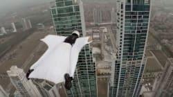 Το μοντέλο που κατέκτησε τους αιθέρες: Περνάει ξυστά ανάμεσα από δυο ουρανοξύστες με