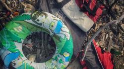 Στη Λέσβο τα παιδικά μπρατσάκια είναι οι ανατριχιαστικές αποδείξεις ενός επικίνδυνου