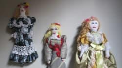 Aυτές είναι οι κούκλες που φτιάχνουν και εκθέτουν οι κρατούμενες και οι αποφυλακισμένες των φυλακών της