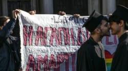 «Η αγάπη δεν είναι αμαρτία». Διαμαρτυρία με φιλιά έξω από την Μητρόπολη