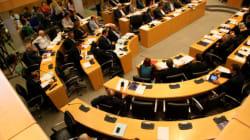 Χυδαιότητες στην κυπριακή βουλή. Σεξιστικές βρισιές και φωτογραφίες κάτω από τη φούστα με αφορμή ένα