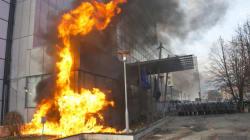 Σοβαρά επεισόδια μεταξύ αντικυβερνητικών διαδηλωτών και της αστυνομίας στο