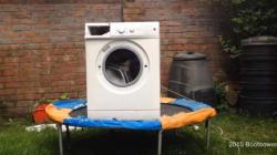 트램폴린 위 세탁기에 벽돌을 넣고
