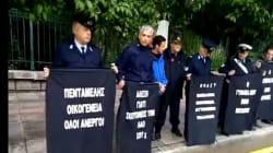 Αστυνομικοί διαμαρτυρήθηκαν με πλακάτ έξω από το Μέγαρο