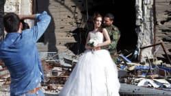 «Η ζωή είναι πιο δυνατή από τον θάνατο»: Γαμήλιες φωτογραφίες με φόντο τα συντρίμμια της