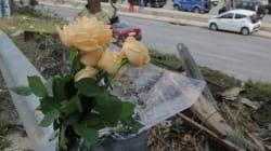Λουλούδια αφήνουν φίλοι και θαυμαστές του Παντελίδη στο σημείο του