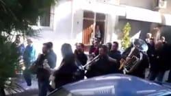 Οδύνη για το χαμό του Παντελίδη: Η μπάντα έπαιζε τα τραγούδια του καθώς μεταφερόταν η σορός