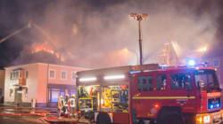 Με «χαρά» παρακολουθούσε το πλήθος τις φλόγες που είχαν τυλίξει κέντρο φιλοξενίας προσφύγων στη