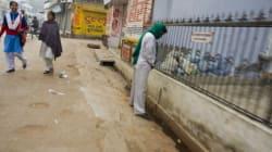 Όσους ουρούν στους δρόμους της Ινδίας θα τους βλέπουμε live στο