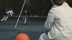 Une nounou brandissant la tête coupée d'un enfant arrêtée
