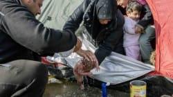 Ειδομένη: Γονείς κάνουν μπάνιο ένα βρέφος λίγων ημερών μέσα στις