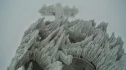 Cette magnifique croix de glace est l'oeuvre du vent