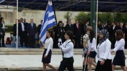 Εκατοντάδες μαθητές παρέλασαν μπροστά από το μνημείο του Αγνώστου Στρατιώτη παραμονή της 25ης