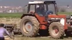 Αγρότης μπήκε με τρακτέρ να οργώσει στο χωράφι του όπου βρίσκεται καταυλισμός προσφύγων στην