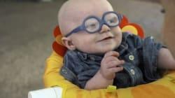 태어나 처음 안경을 쓴 아기는 엄마 얼굴을 보고