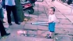 Έξαλλο πιτσιρίκι στην Κίνα απειλεί με απίθανο τρόπο ελεγκτές που θέλουν να κλείσουν την οικογενειακή