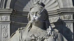 Από τη βασίλισσα Βικτωρία και τον Σέρλοκ Χόλμς έως τον Έρωτα, τα αγάλματα στο Λονδίνο «φόρεσαν» μάσκες για καλό