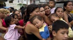 에콰도르 지진 피해자들을 돕는
