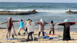 Pour échapper aux tensions, ces Libyennes pratiquent le yoga sur la plage de