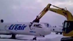 Εργαζόμενος διαλύει με εκσκαφέα αεροπλάνο επειδή τον