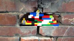 도시의 무너진 벽에 레고 블록을 심는