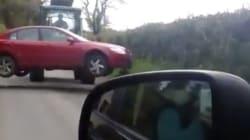 영국의 어느 남성이 불법주차한 자동차를 대하는
