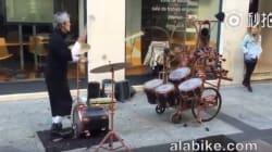 스틱을 저글링하며 던져서 드럼을 연주하는