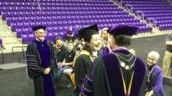 졸업식을 놓친 1명의 학생을 위해 미니 졸업식을 열어준