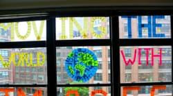 Ο πόλεμος των Post-it: Γιατί τα παράθυρα στη Νέα Υόρκη έχουν γεμίσει με