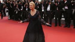 Helen Mirren chute tout en haut des marches de