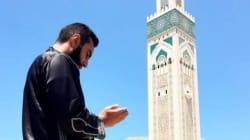 La Fouine se recueille devant la mosquée Hassan